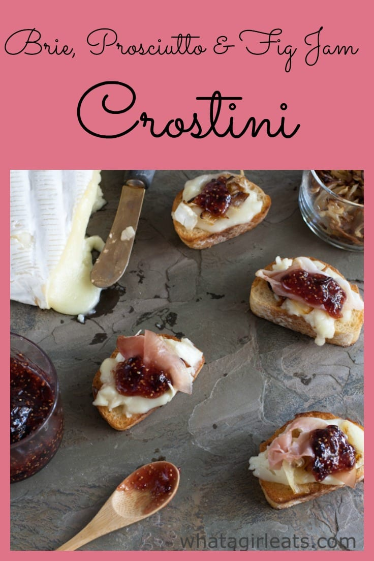 Brie, prosciutto and fig jam crostini. This delicious combine of sweet, creamy and salty is the perfect appetizer. #appetizer #brie #prosciutto #crostini #bruschetta #figjam #figandcheese